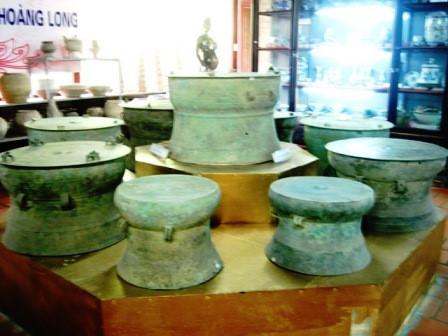 Hàng chục chiếc trống đồng Đông Sơn được trưng bày tại bảo tàng.
