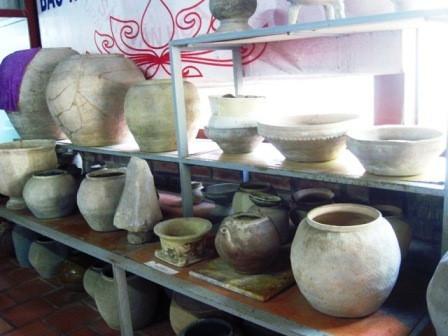 Các loại đồ gốm cổ có niên đại trên 2.000 năm được tìm thấy và lưu giữ trong bảo tàng cổ vật.