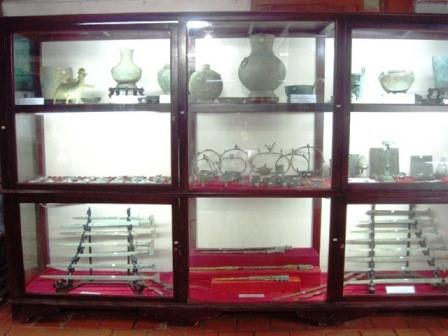 Các loại cổ vật được cất giữ trong tủ kính một cách cẩn thận và ngăn nắp.