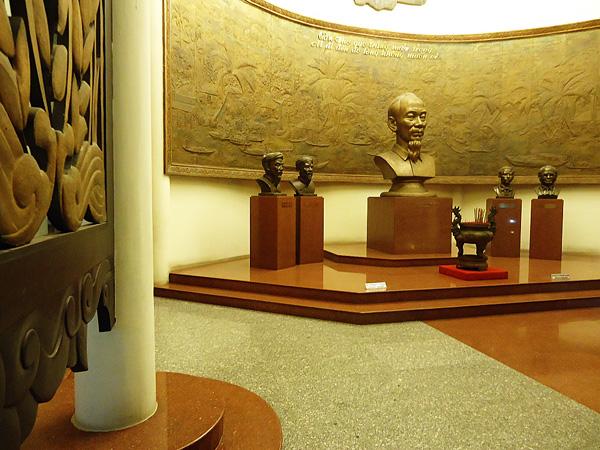 Tượng Chủ tịch Hồ Chí Minh ngay cửa chính Bảo tàng.