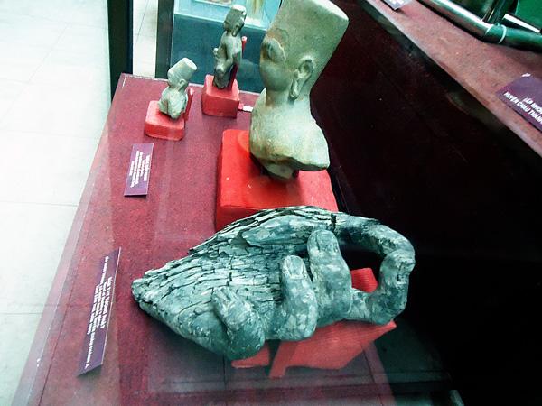 Tay tượng phật bằng gỗ, tượng đá. Theo tín ngưỡng tôn giáo của cư dân Óc eo.