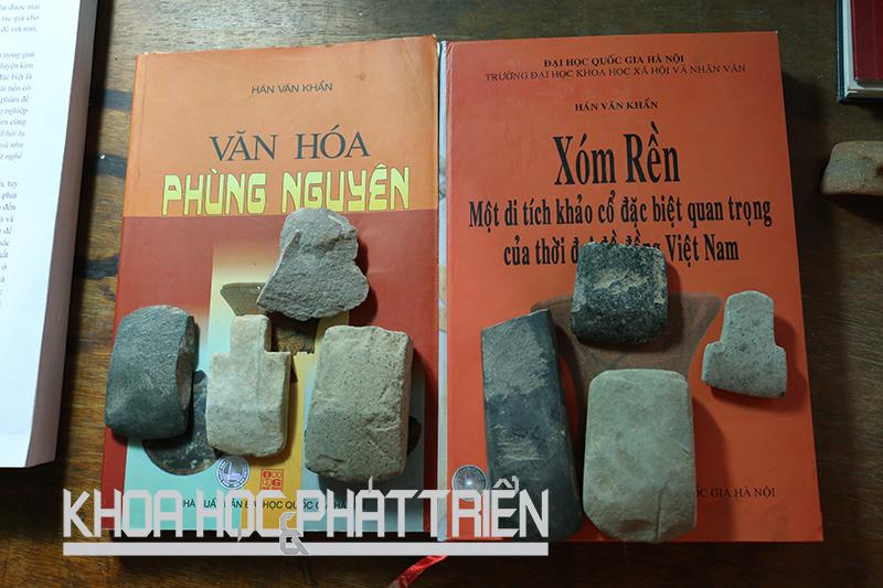 Hai cuốn sách của Phó Giáo sư Hà Văn Khẩn và một số hiện vật khai quật được. Ảnh: Dung Đoàn