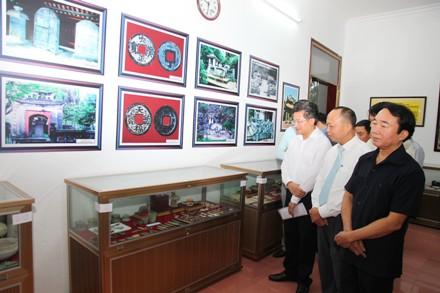 Các đại biểu tham quan các cổ vật được trưng bày.
