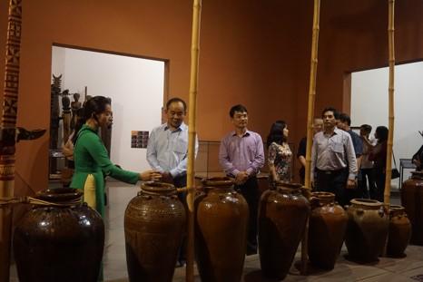 Thứ trưởng Lê Khánh Hải tham quan nghe giới thiệu tại không gian trưng bày ché
