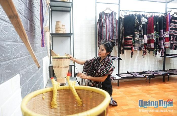 Chị Sung các vật dụng trong cửa hàng.