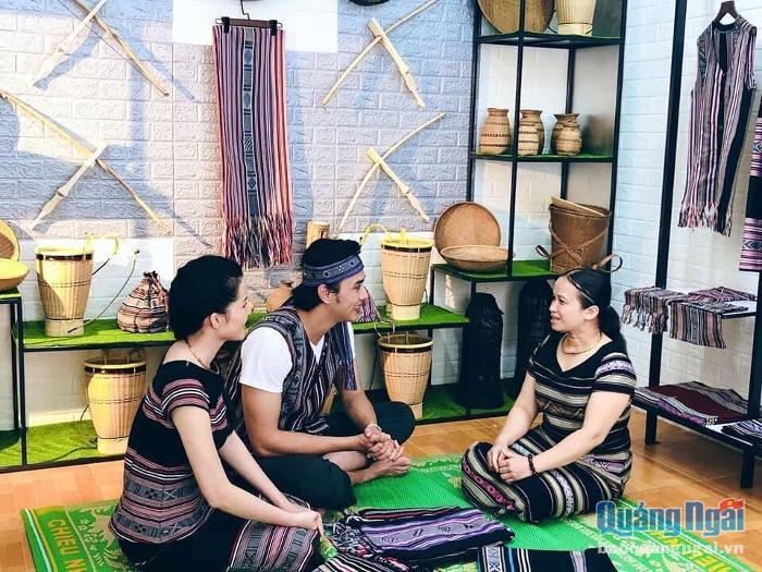 Mặc dù mới khai trương nhưng không gian văn hóa tại gia đình chị Sung đón nhiều du khách đến tham quan, tìm hiểu.